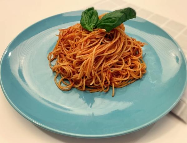 Makaron pszenny z sosem pomidorowym przepis