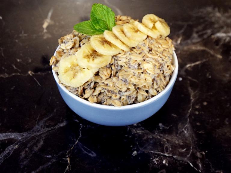 Owsianka na mleku z nasionami chia i bananem przepis
