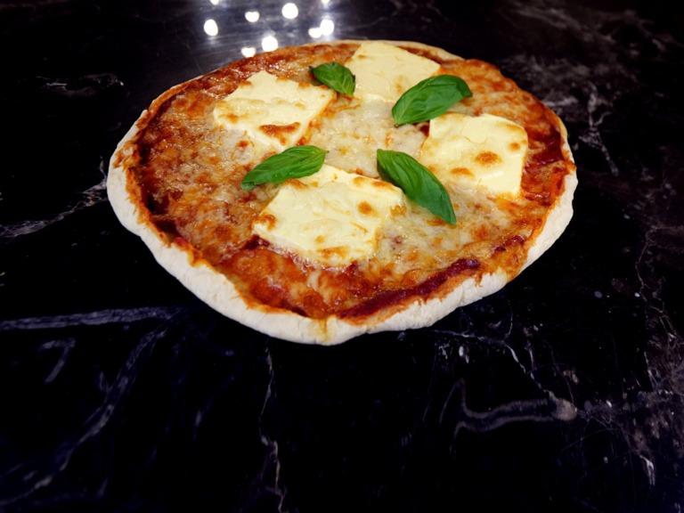 Pizza z mozzarellą i sosem pomidorowym przepis
