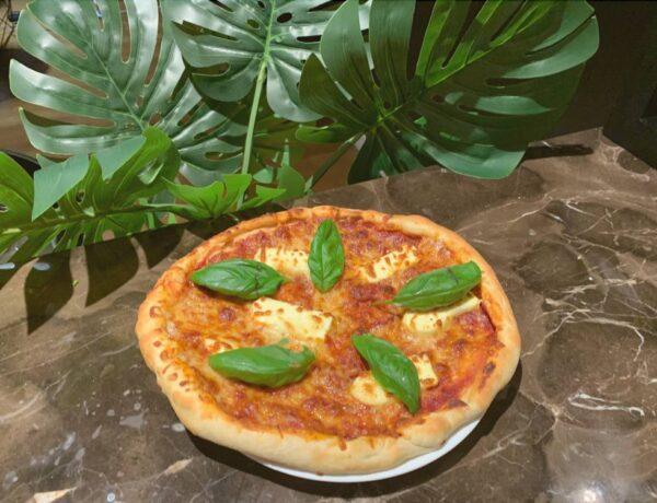 Pizza z sosem pomidorowym i mozzarellą.