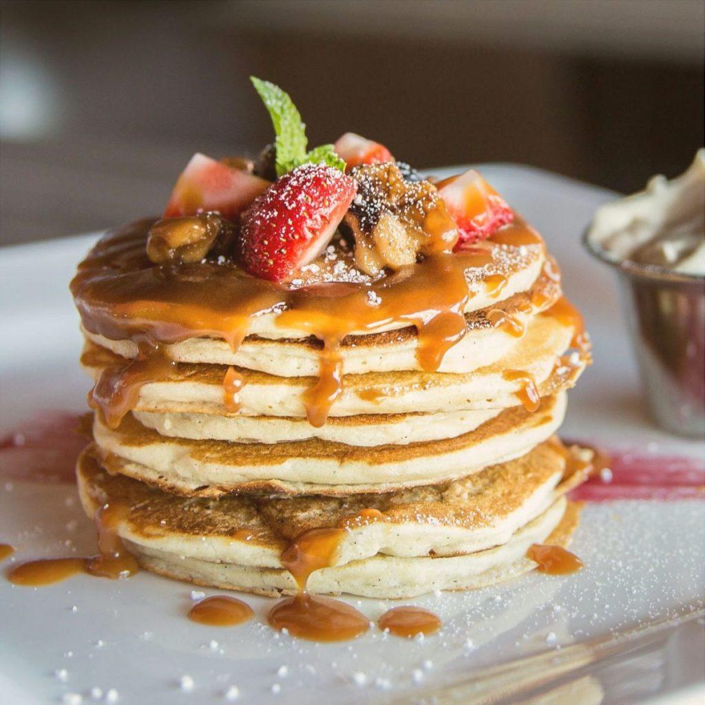 Naleśniki typu pancake z dodatkami.
