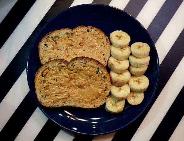 Kanapki pszenne z masłem orzechowym i bananem przepis