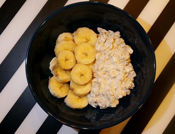 Płatki owsiane w jogurcie z bananem i borówkami przepis