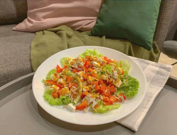 Sałatka z serem feta papryką i słonecznikiem przepis