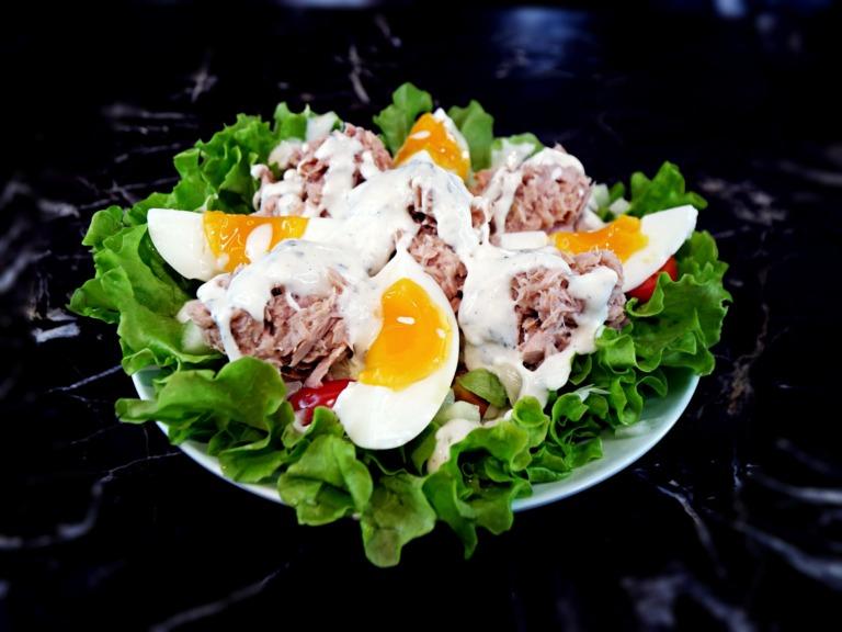 Sałatka z tuńczykiem, jajkiem i sosem jogurtowo-chrzanowym przepis