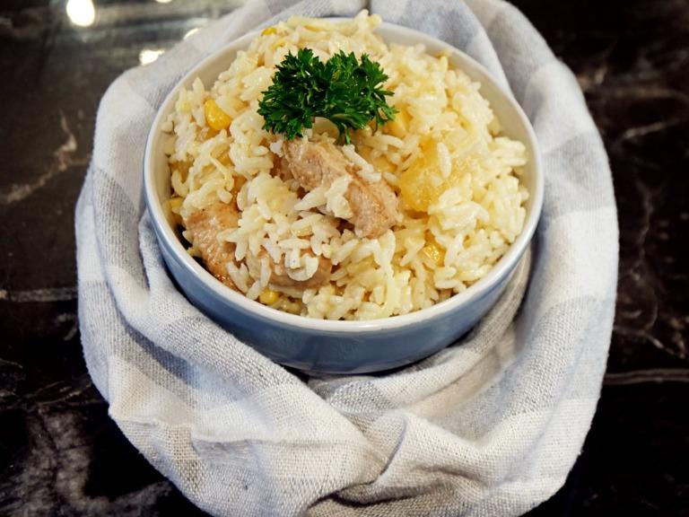 Hawajska sałatka z kurczakiem, ananasem i ryżem przepis