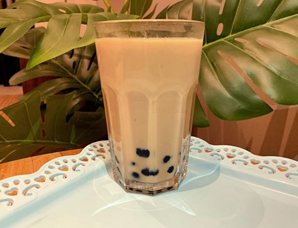 Mleczna kawa z kulkami z tapioki przepis