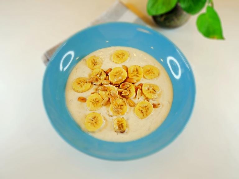 Jogurt naturalny z masłem orzechowym, bananem i orzeszkami ziemnymi przepis