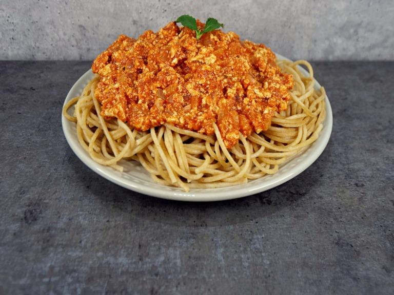 Makaron z tofu w sosie pomidorowym przepis