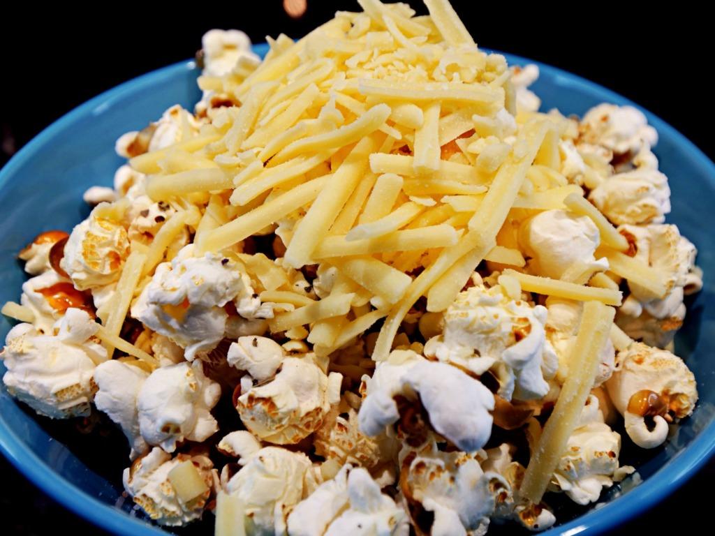 Domowy popcorn ziołowy z serem cheddar przepis