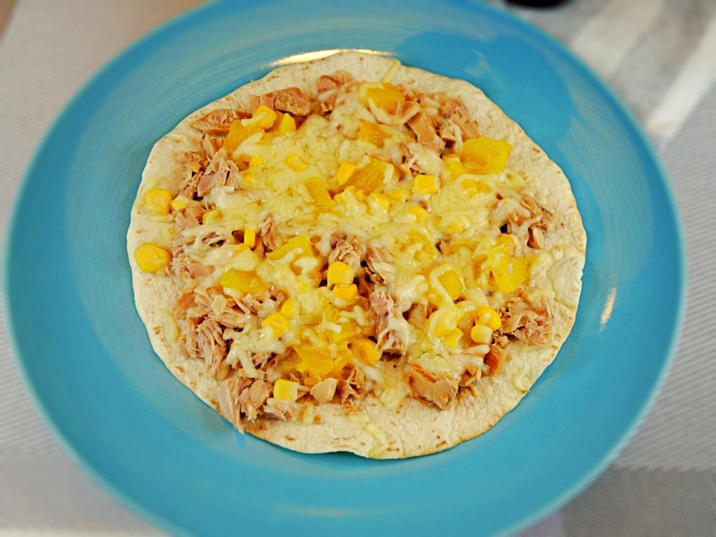 Hawajska pizza z tuńczykiem na tortilli z patelni przepis