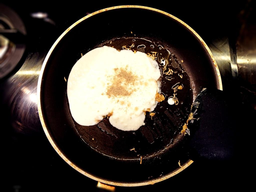 Makaron pszenny z sosem jogurtowo-czosnkowym przepis