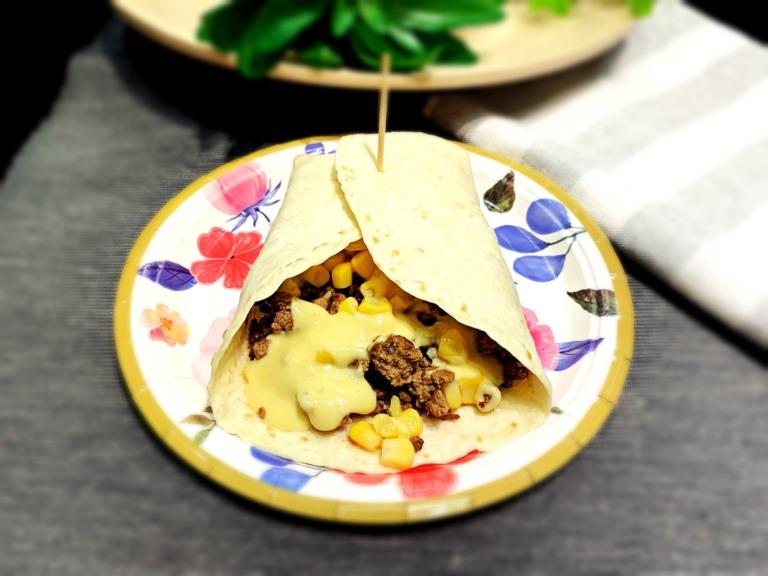 Tortilla z mielonym mięsem wołowym, serem i sosem musztardowym przepis