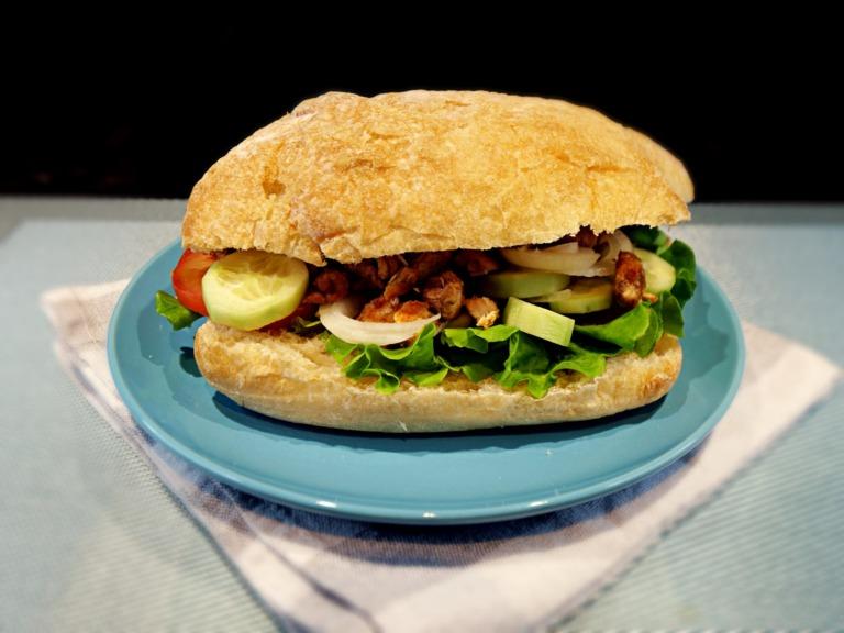Domowy kebab z kurczakiem w bułce ciabatta przepis