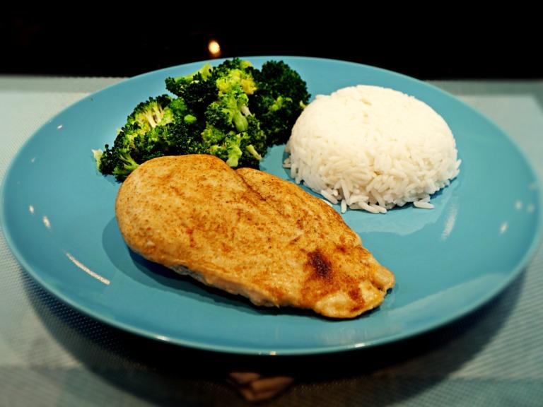 Pieczona pierś z kurczaka z brokułem i ryżem basmati przepis