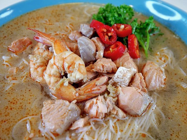Tajska zupa rybna z makaronem ryżowym