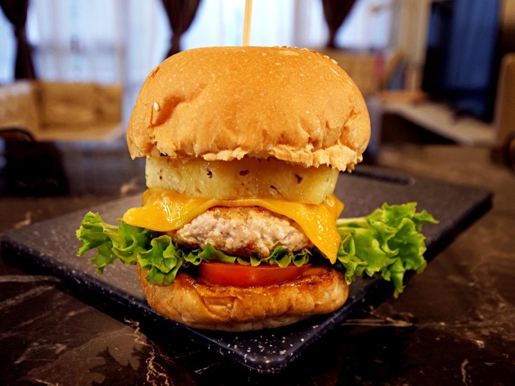 Burger z kurczakiem i ananasem przepis
