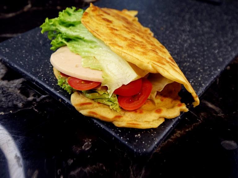 Piadina z wędliną z kurczaka, sałatą i pomidorkami przepis