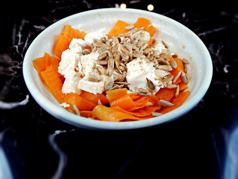 Sałatka z marchwi, sera feta i nasion słonecznika przepis