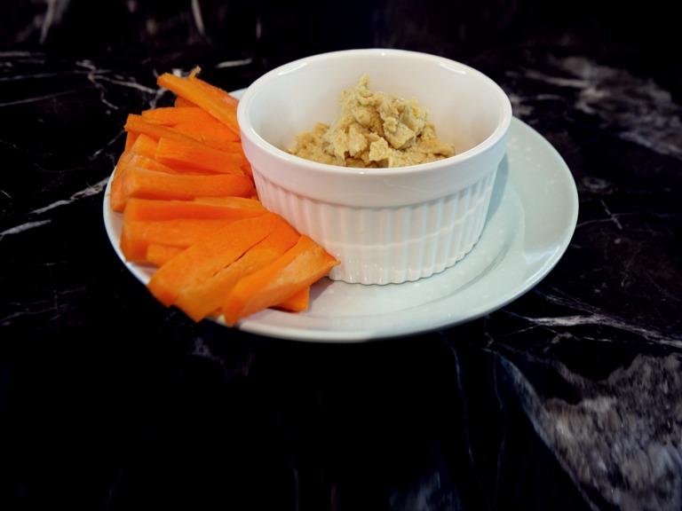 Domowy hummus z marchewką przepis