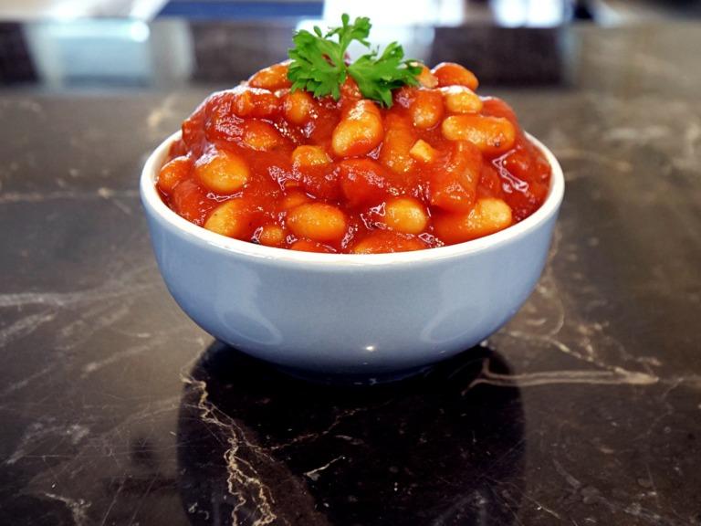 Fasolka w sosie pomidorowym przepis