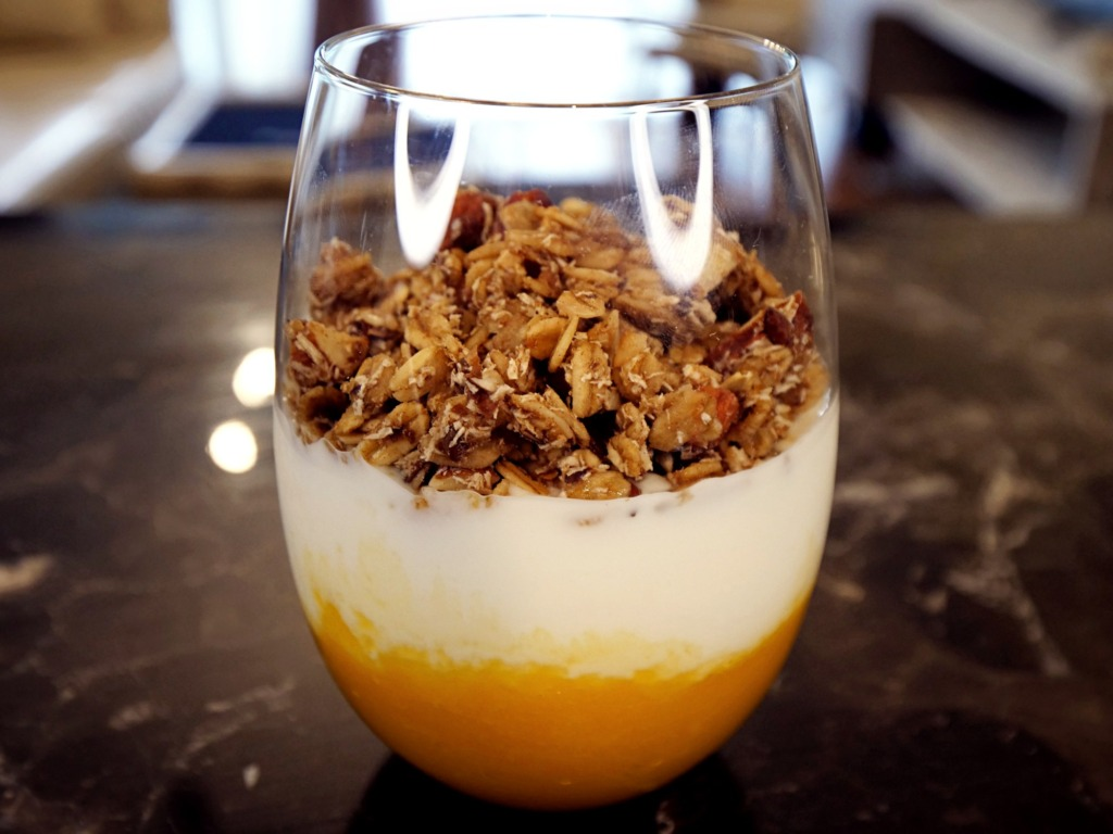 Granola z jogurtem i musem z mango przepis