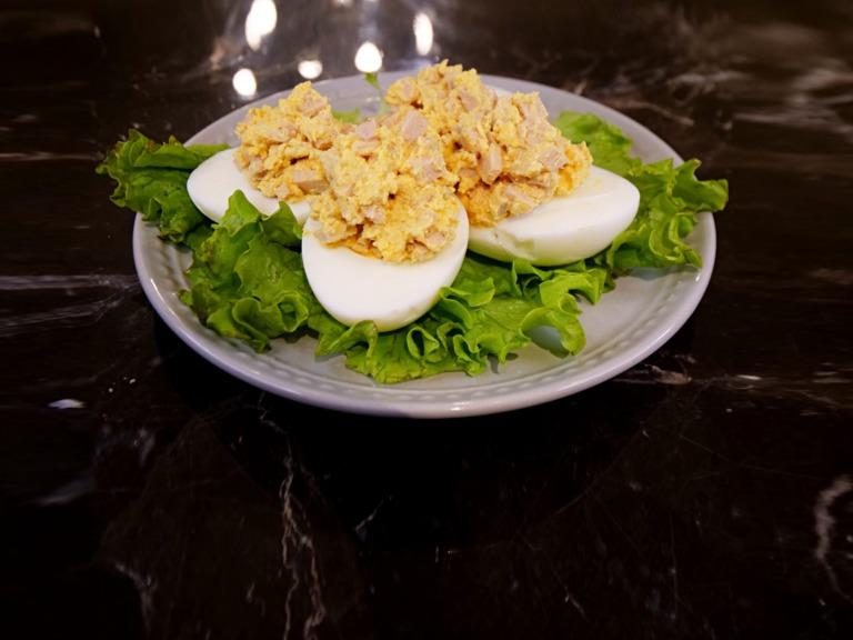 Jajka faszerowane szynką i serkiem kremowym Arla przepis