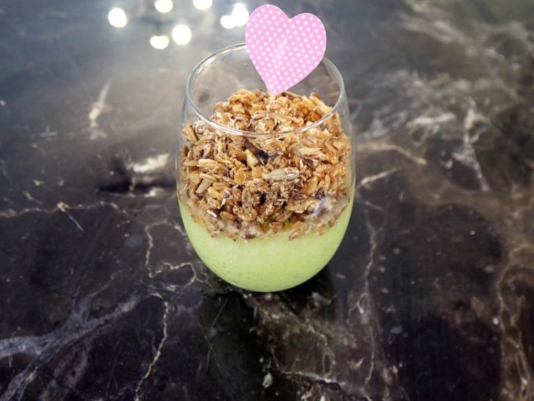 Granola z jabłkowym smoothie przepis