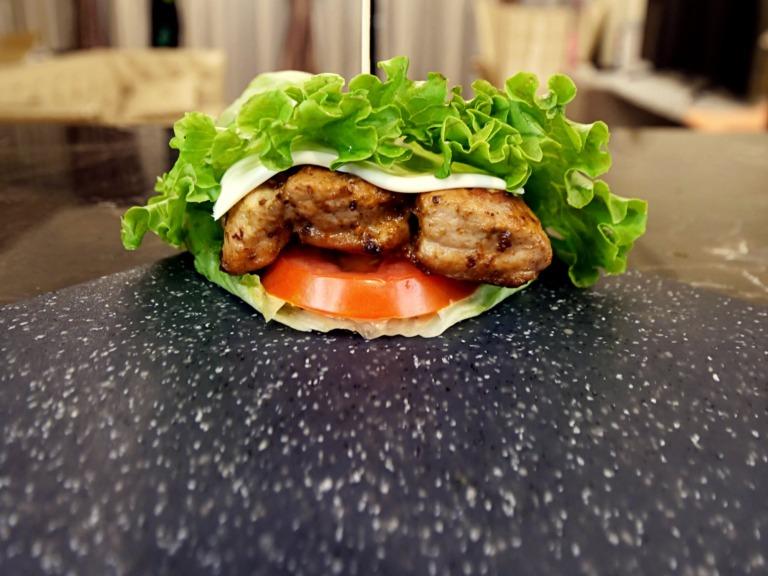 Keto burger z musztardową karkówką i sosem majonezowo-ketchupowym