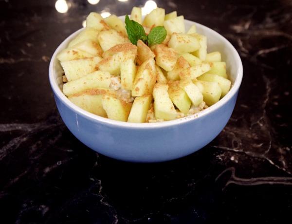 Płatki owsiane w jogurcie z jabłkiem i cynamonem przepis