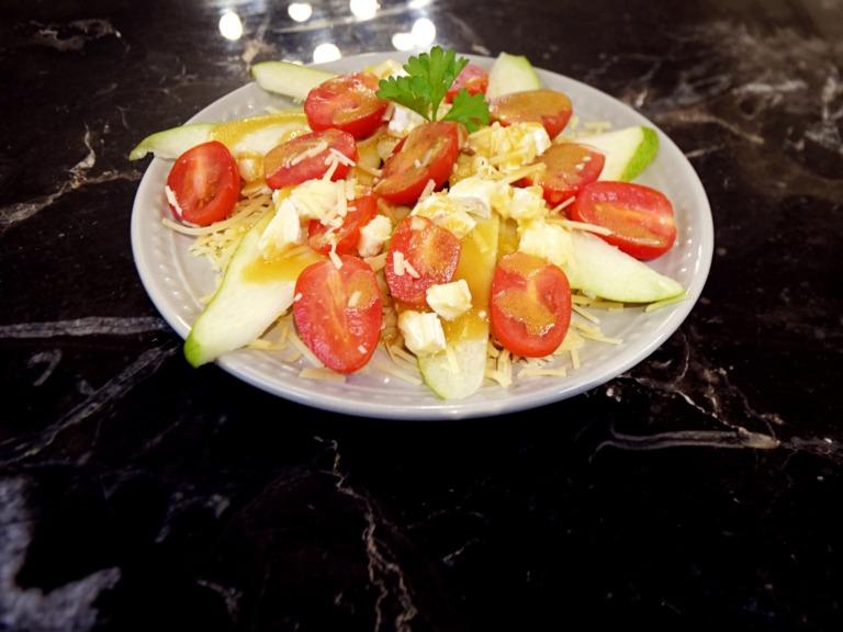 Sałatka serowa z gruszką i sosem musztardowym przepis