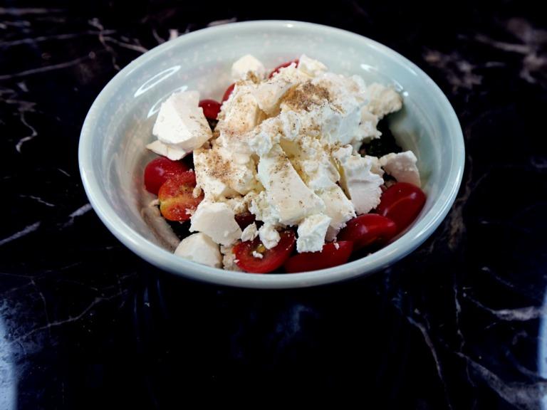 Sałatka z brokuła, pomidorków koktajlowych i sera feta przepis