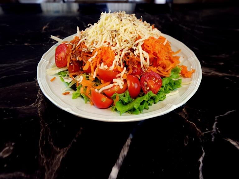 Sałatka z serem mozzarella, marchewką i pomidorkami koktajlowymi przepis