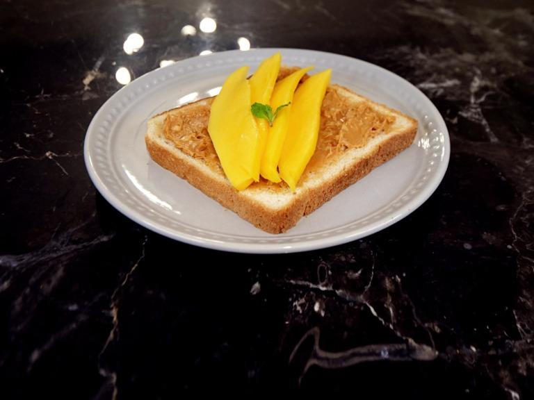 Tost z masłem orzechowym i mango przepis