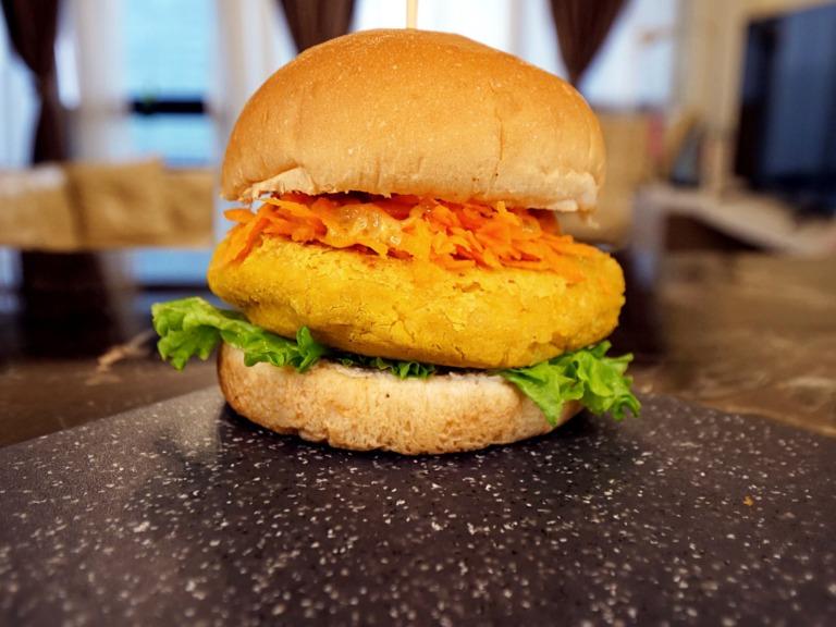 Wegański burger z cieciorką i sosem musztardowym przepis