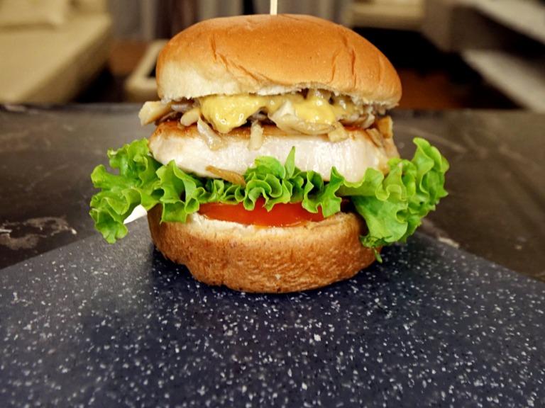 Burger ze schabem i boczniakami przepis