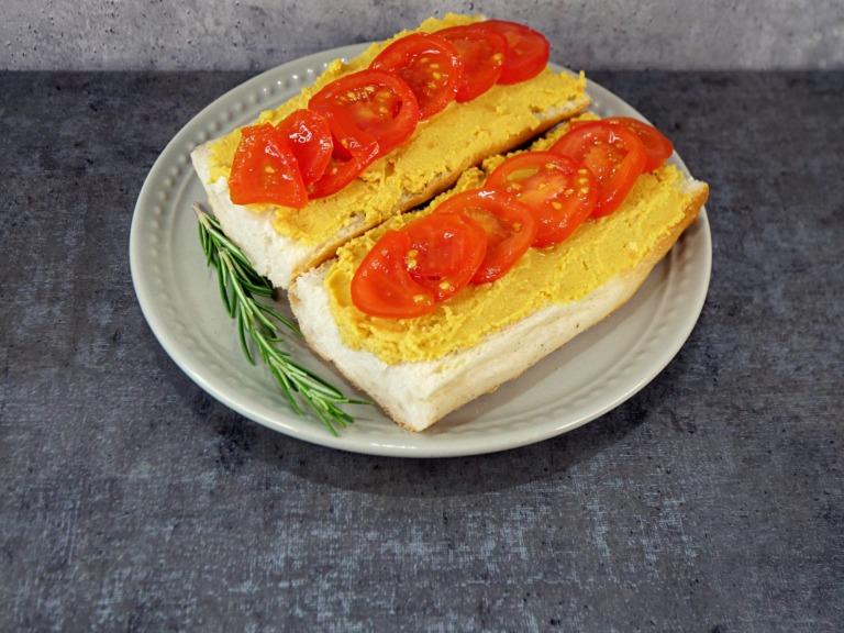 Kanapki z pastą z czerwonej soczewicy i tofu przepis