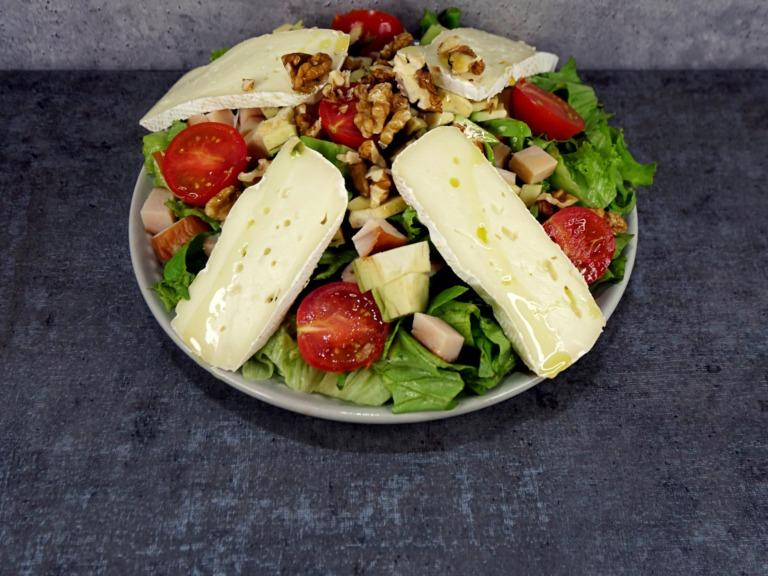 Sałatka z wędzonym kurczakiem, serem camembert i awokado przepis