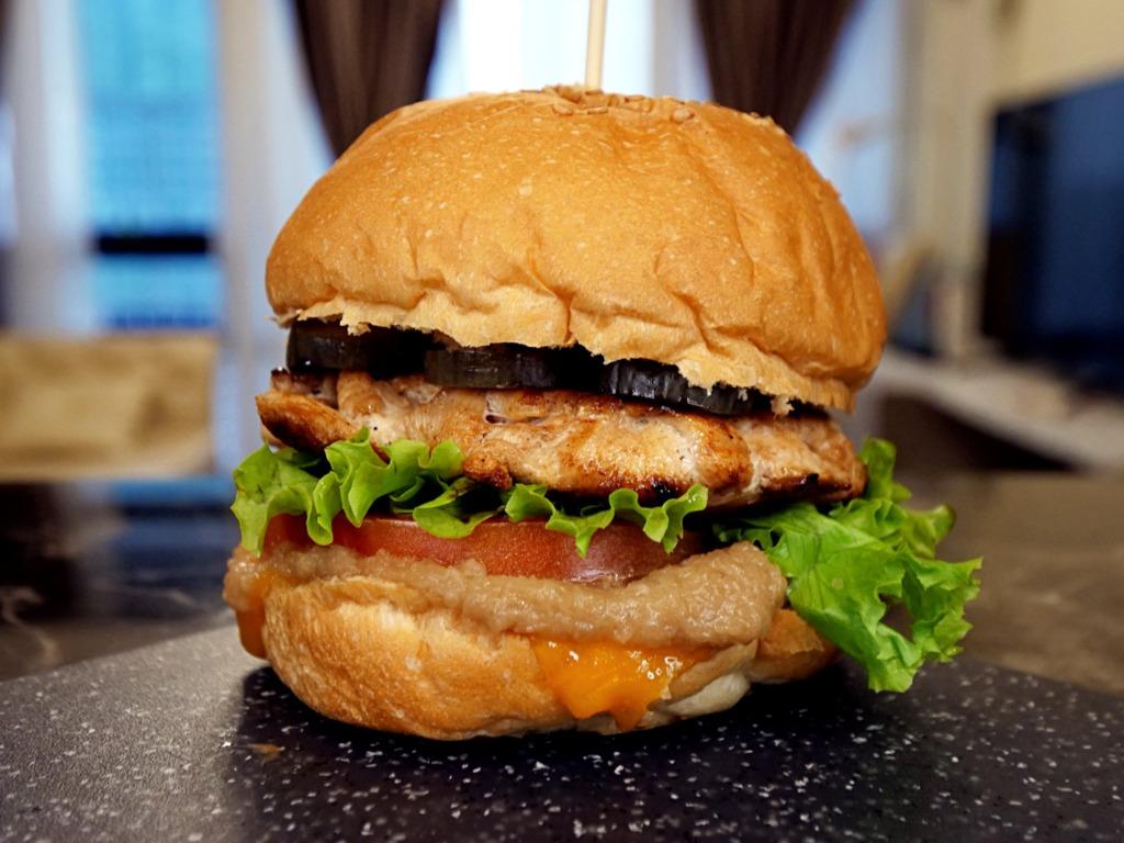 Burger z kurczakiem i musem cebulowym przepis