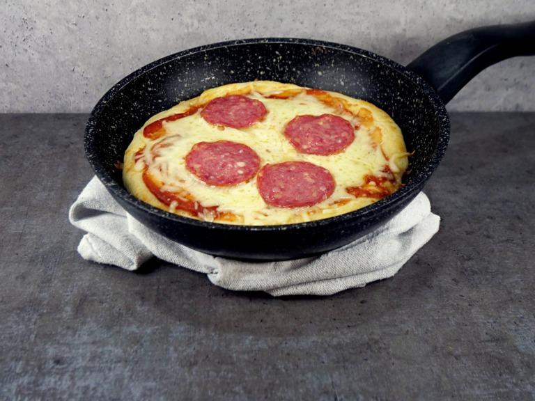 Pizza z patelni z salami przepis