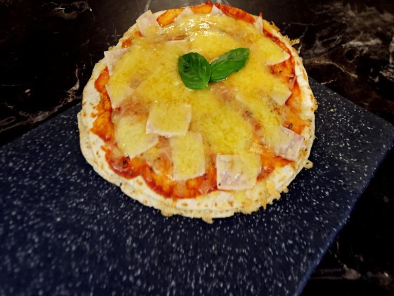 Serowa pizza z tortilli z wędliną z kurczaka przepis