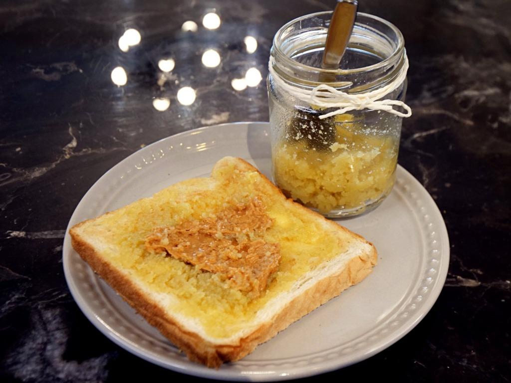 Tosty z masłem orzechowym i dżemem kokosowym Kaya przepis