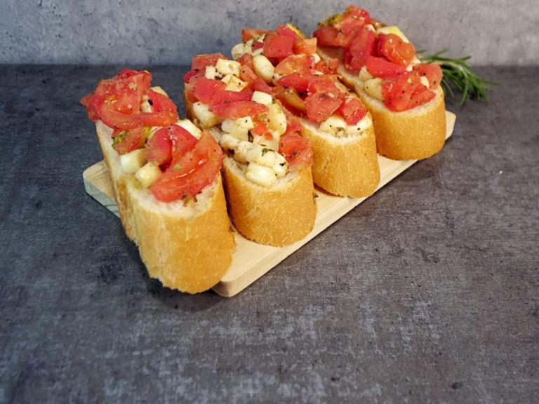 Bruschetta z pomidorami i mozzarellą przepis