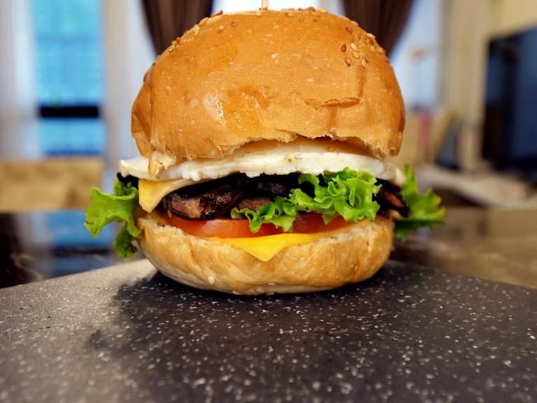 Burger z jajkiem sadzonym i pieczarkowym farszem przepis