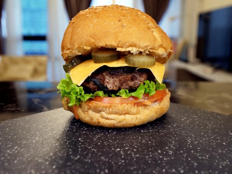 Burger z wołowiną i sosem majonezowo-ketchupowym przepis