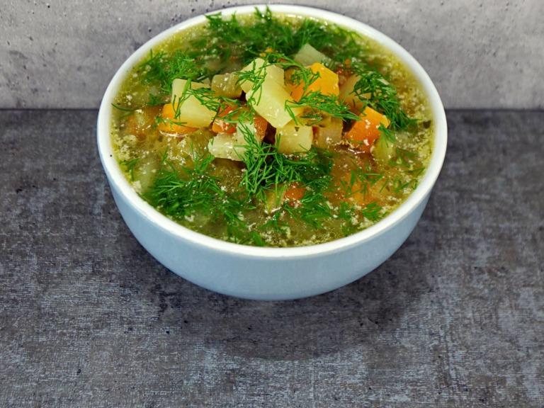 Zupa z ogórków konserwowych, ziemniaka i marchewki z jogurtem przepis