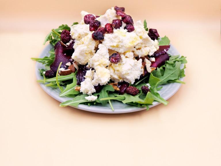salatka z buraka z serem capregiio żurawiną i migdałami