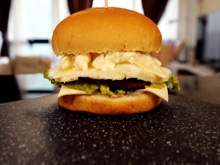 Burger z jajkiem sadzonym, guacamole i bekonem przepis