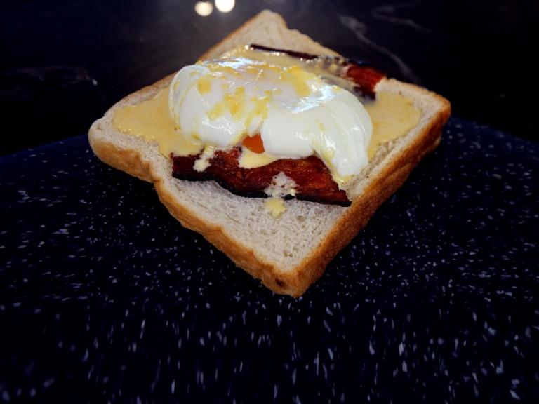 Jajka po benedyktyńsku z chrupiącym bekonem przepis