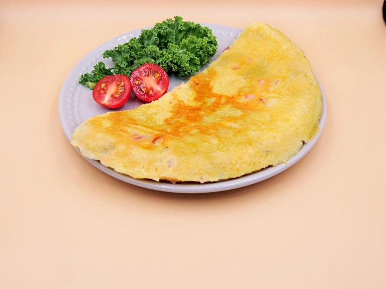 Omlet z boczkiem przepis
